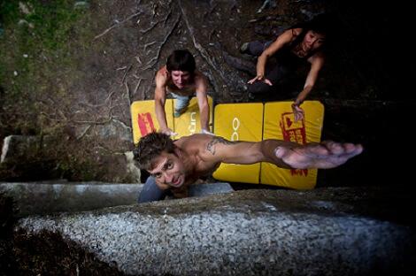 Der Spotter und das Crashpad fangen einen Sturz beim Bouldern auf